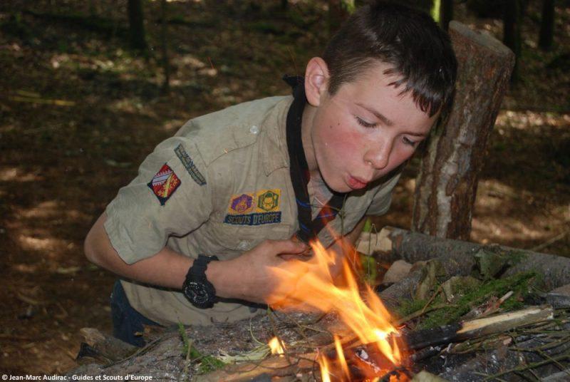 Un éclaireur entretien le feu