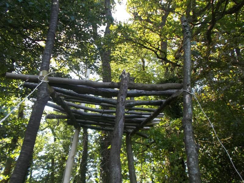 La structure de la tour d'affût en cours de montage